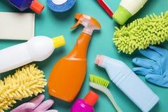 Producto de limpieza de la casa en fondo colorido imagenes de archivo