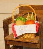 Producto en una cesta de mimbre Foto de archivo libre de regalías