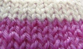 Producto hecho punto de la lila y de la cuerda de rosca del blanco Fotos de archivo libres de regalías