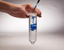 Producto químico de caída del científico Imagenes de archivo