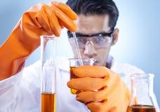 Producto químico de mezcla en laboratorio Imágenes de archivo libres de regalías