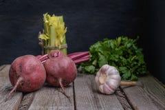 Producto-vehículos frescos de vegetables Apio del perejil del ajo de la remolacha En un tablero de madera imagen de archivo