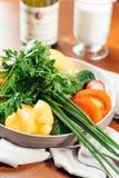 Producto-vehículos frescos de vegetables Los ingredientes de la ensalada cortaron el tomate, el pepino y el paprika Foto de archivo