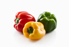 Producto-vehículos frescos de vegetables Tres aislantes dulces de las pimientas rojas, amarillas, verdes Imágenes de archivo libres de regalías
