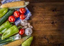 Producto-vehículos frescos de vegetables Opinión de arriba un surtido de verduras frescas de la granja, pimienta verde, ajo, maíz Imagen de archivo
