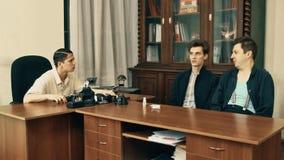 Productor de película en hablar enojado de la red de pelo con los trabajadores de la oficina sobre el guión almacen de metraje de vídeo