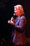 Productor Viktor Drobysh que habla con el micrófono en etapa durante el 50.o concierto del cumpleaños del año de Viktor Drobysh e Fotografía de archivo libre de regalías