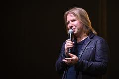 Productor Viktor Drobysh que habla con el micrófono en etapa durante el 50.o concierto del cumpleaños del año de Viktor Drobysh e Imagen de archivo libre de regalías