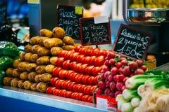 Productos agrícolas de granjeros locales en el mercado del ultramarinos imagen de archivo libre de regalías