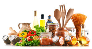 Productos alimenticios clasificados y utensilios de la cocina aislados en blanco Fotos de archivo libres de regalías
