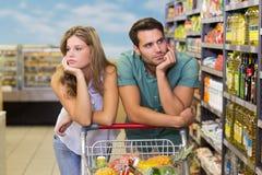 Productos alimenticios de compra de los pares serios del brght Fotos de archivo