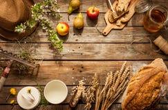 Productos alimenticios locales naturales en la tabla de madera del vintage Imagenes de archivo