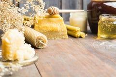 Productos apiculturales en fondo de madera con el espacio de la copia Imagen de archivo libre de regalías