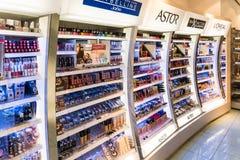 Productos cosméticos de las mujeres para la venta en tienda de belleza Imágenes de archivo libres de regalías