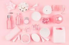 Productos cosméticos para el cuarto de baño, la salud y la higiene en el estilo de niña moderno - corazón decorativo, jabón, sal  imagenes de archivo