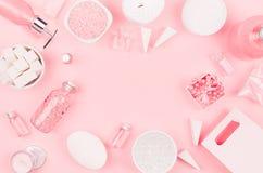 Productos cosméticos para el cuarto de baño, la salud y la higiene en el estilo de niña moderno - corazón decorativo, jabón, sal  imagen de archivo