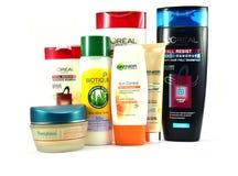 Productos cosméticos para la piel y el cuidado del cabello de marcas globales imágenes de archivo libres de regalías