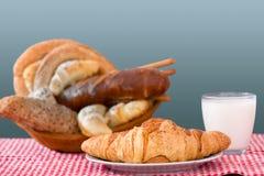 Productos, cruasán y vidrio de la panadería de leche Fotografía de archivo