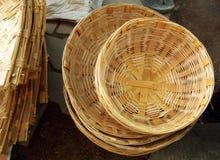 Productos de bambú para la venta en el mercado de Madiwala, Bangalore fotos de archivo