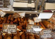 Productos de carne en el refrigerador en mercado local fotografía de archivo libre de regalías