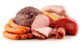 Productos de carne incluyendo el jamón y las salchichas en blanco Fotografía de archivo