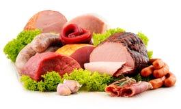 Productos de carne incluyendo el jamón y las salchichas en blanco Imagen de archivo libre de regalías