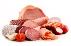 Productos de carne incluyendo el jamón y las salchichas en blanco Imagen de archivo