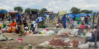 Productos de compra de la gente en el mercado en marzo en África Fotografía de archivo