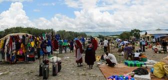 Productos de compra de la gente en el mercado en marzo en África Imagenes de archivo