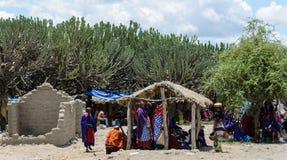 Productos de compra de la gente en el mercado en marzo en África Fotos de archivo libres de regalías