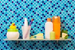Productos de higiene en el estante Fotografía de archivo libre de regalías