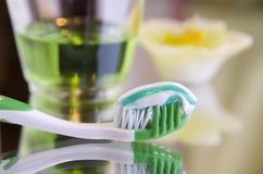 Productos de higiene oral en una superficie del espejo Fotografía de archivo