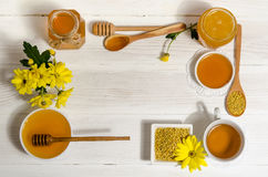 Productos de la abeja con la taza de té Imagen de archivo libre de regalías
