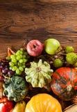 Productos de la agricultura del otoño en la madera Fotografía de archivo