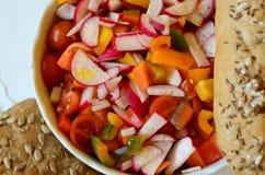 Productos de la ensalada y de la panadería de las verduras en el fondo blanco Fotos de archivo