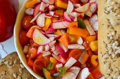Productos de la ensalada y de la panadería de las verduras en el fondo blanco Fotografía de archivo libre de regalías