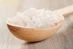 Productos de la naturaleza del balneario Cuchara de madera con la sal del mar blanco para el bathro Foto de archivo