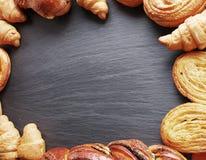 Productos de la panadería dispuestos como marco Imagen de archivo libre de regalías