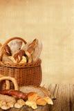 Productos de la panadería en cesta de mimbre Imagen de archivo libre de regalías