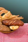Productos de la panadería en un cestito de mimbre Imagenes de archivo
