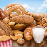 Productos de la panadería y vidrio de leche Foto de archivo