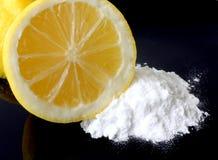 Productos de limpieza de discos verdes naturales: Limones y bicarbonato de sosa Foto de archivo