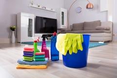 Productos de limpieza de la casa en suelo de parqué fotografía de archivo libre de regalías