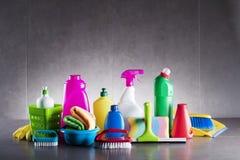 Productos de limpieza de la variedad en fondo gris foto de archivo libre de regalías