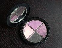 Productos de los cosméticos del maquillaje en fondo negro de madera Foto de archivo libre de regalías