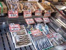 Productos de los mariscos en el mercado en Tokio, Japón foto de archivo libre de regalías