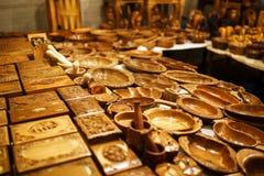 Productos de madera, joyeros, tazas, tazas y cucharas en el contador del mercado de la noche de Goa foto de archivo libre de regalías