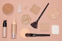 Productos de maquillaje básicos para alcanzar incluso tono de piel Fotos de archivo libres de regalías