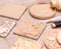 Productos de maquillaje básicos para crear tono de piel hermoso Imágenes de archivo libres de regalías