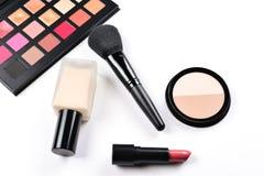 Productos de maquillaje con los productos de belleza, la fundación, la barra de labios, las sombras de ojos, los latigazos del oj fotos de archivo